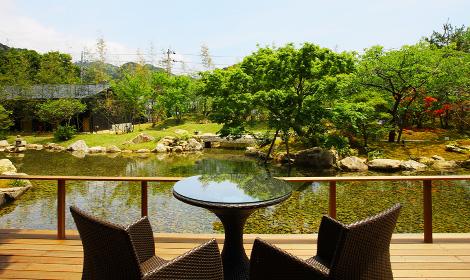 廻遊式庭園を眺め、四季を感じるテラス